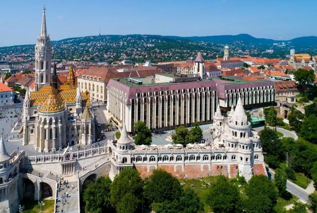 Hvis du vil bo i et skikkelig flott område i et hotell med ruiner fra 1400-tallet på innsiden er Hilton Buda et sted å vurdere.