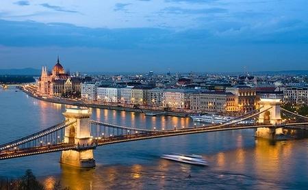 Vakre Budapest fra Donau
