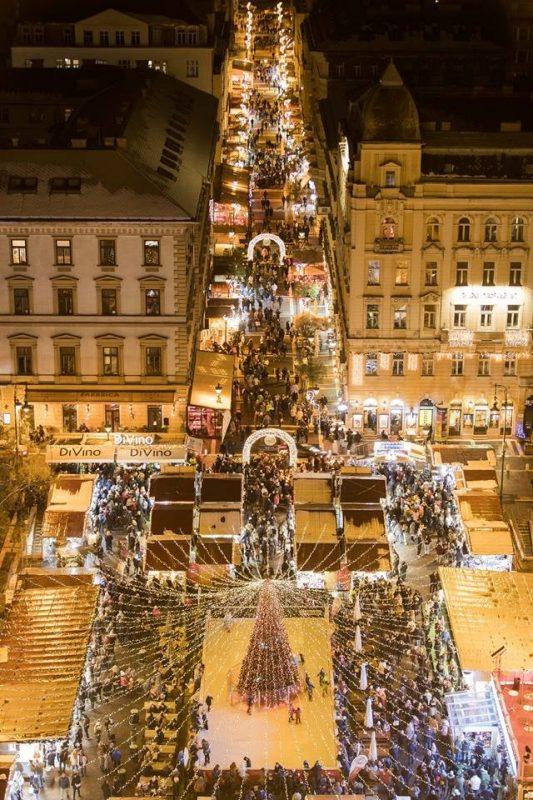 Julemarkedet ved basilikaen sett ovenfra (kilde: Facebook)