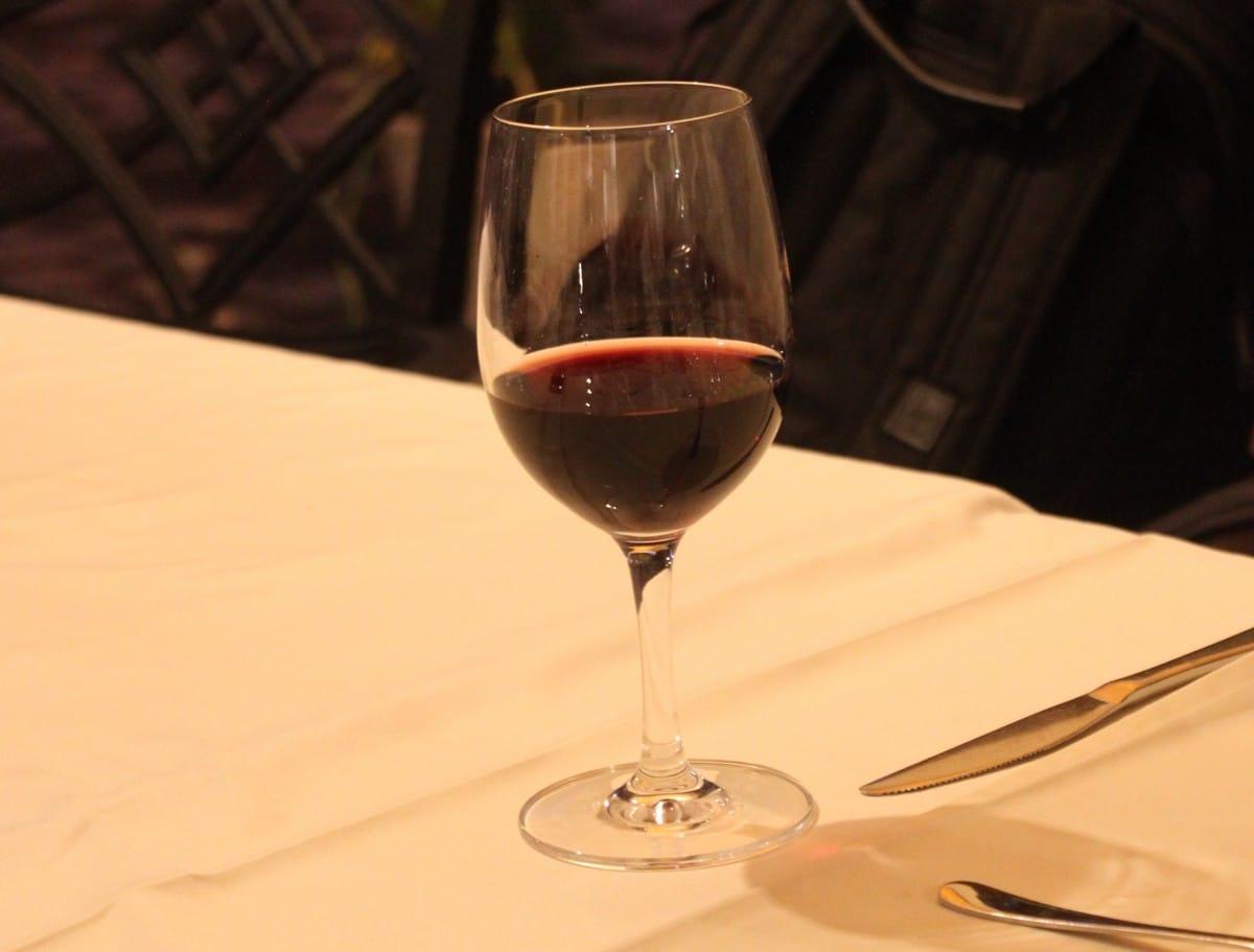 En deilig rødvin fra Szekszard ble servert ved siden av hovedretten